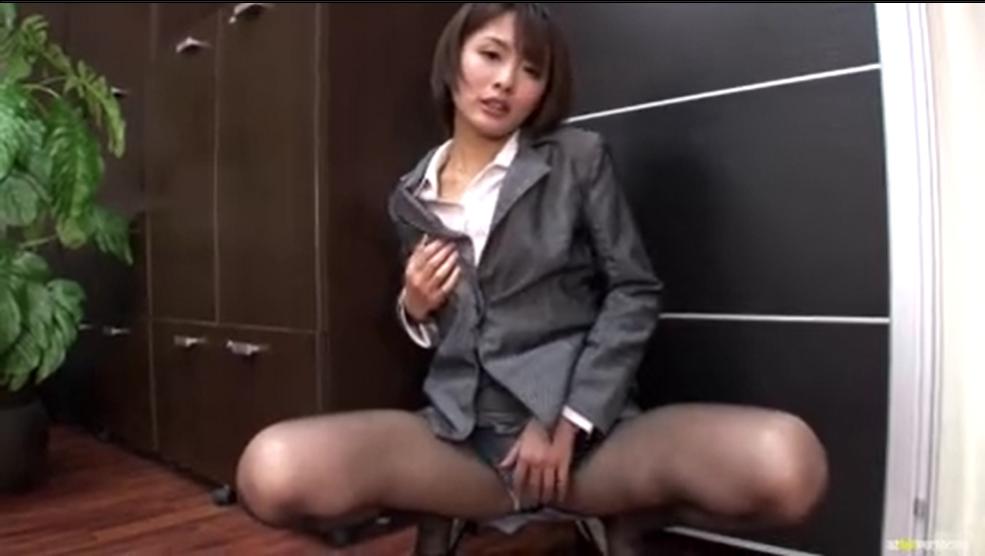 スーツの美人秘書が、ノーハンドフェラ・・「オチンチンちょうだい」